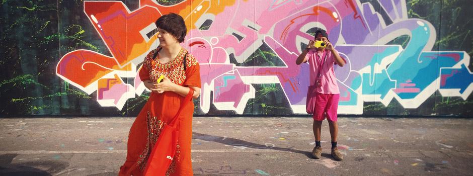 Linda och Victor vid graffitiväggen.
