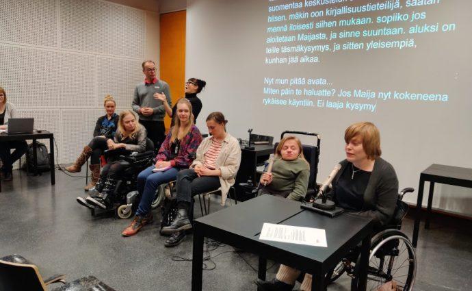 Från höger panelisterna Sanni Purhonen, Maija Karhunen, Jemina Lindholm, Outi Salonlahti och Taru Perälä
