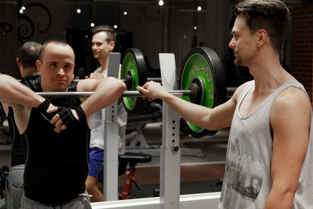 Jonas och Rex lutar mot en tynglyftningsställning.
