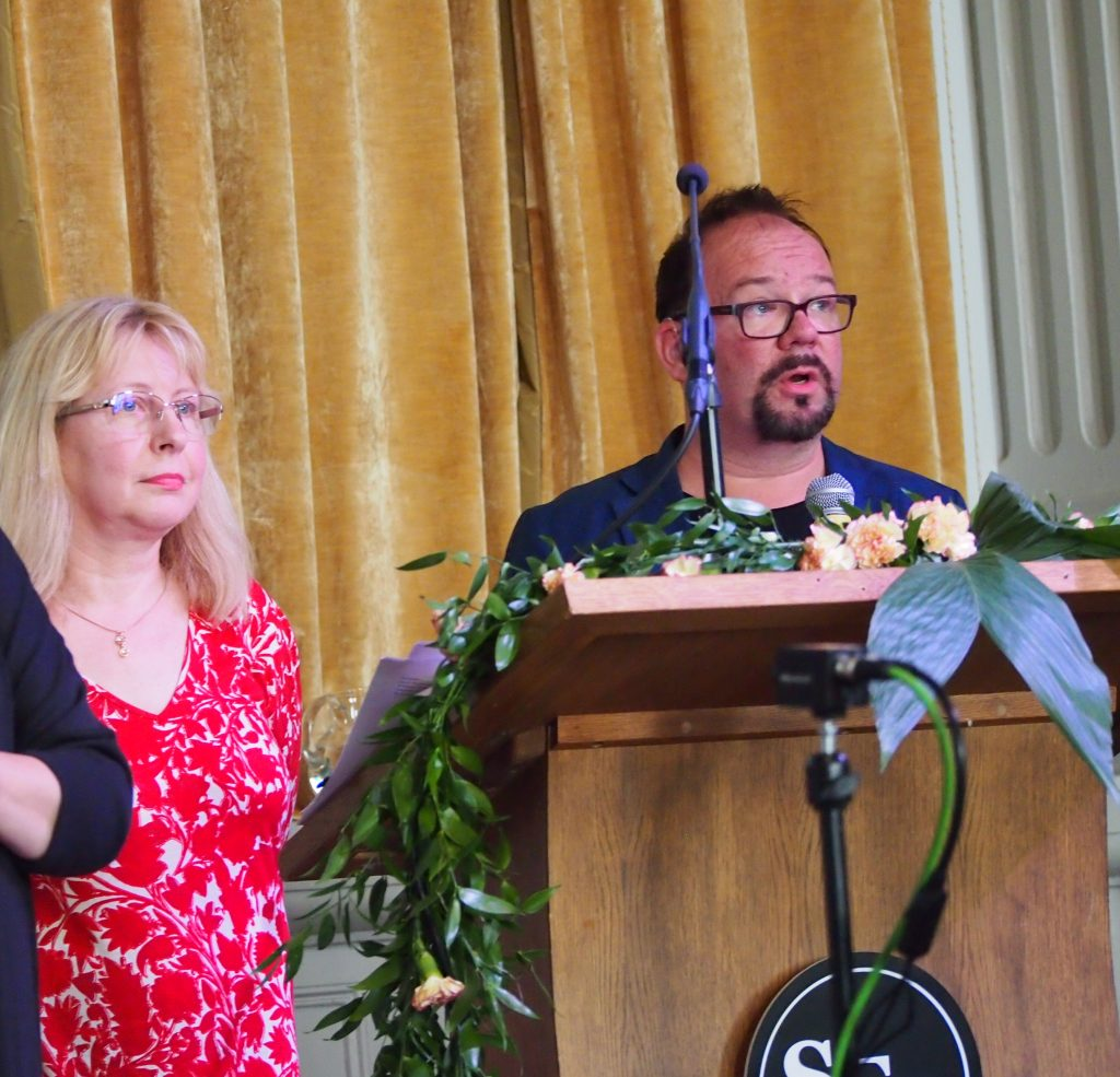 Ylva Krokfors och Sami Virtanen påpekade vikten av att se på personen och att höra personen till slut vid bemötande av människor med funktionsnedsättning. Deras powerpointvisning var i lättläst form.