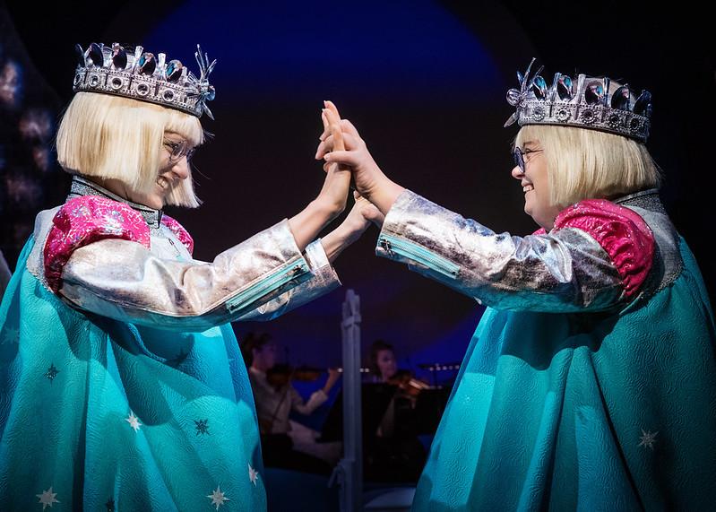 Sophia Heikkilä och Karolina Karanen är syskon i pjäsen I Det Stora Landskapet.
