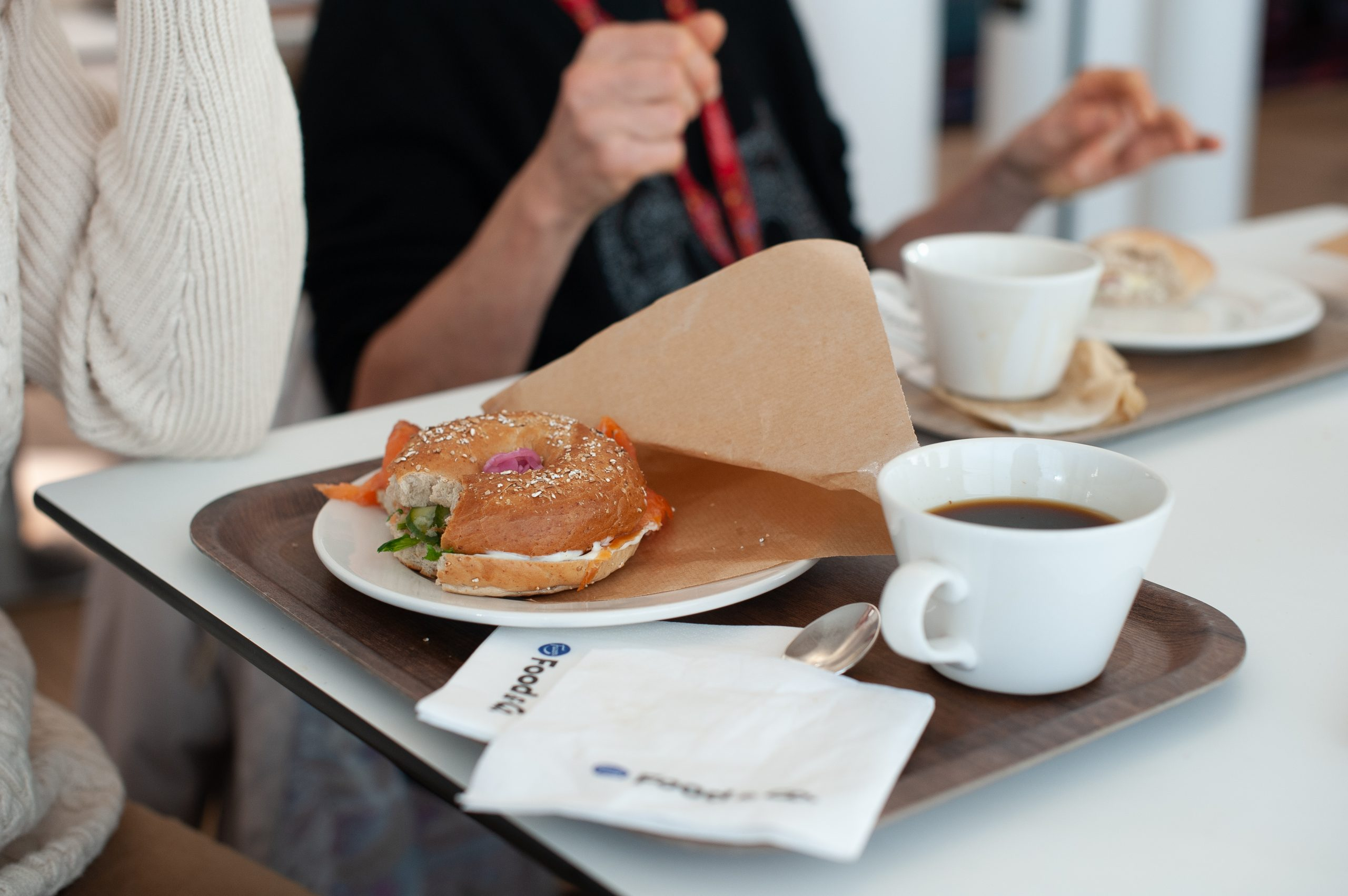 Illustrationsbild på en kaffekopp och bagel.