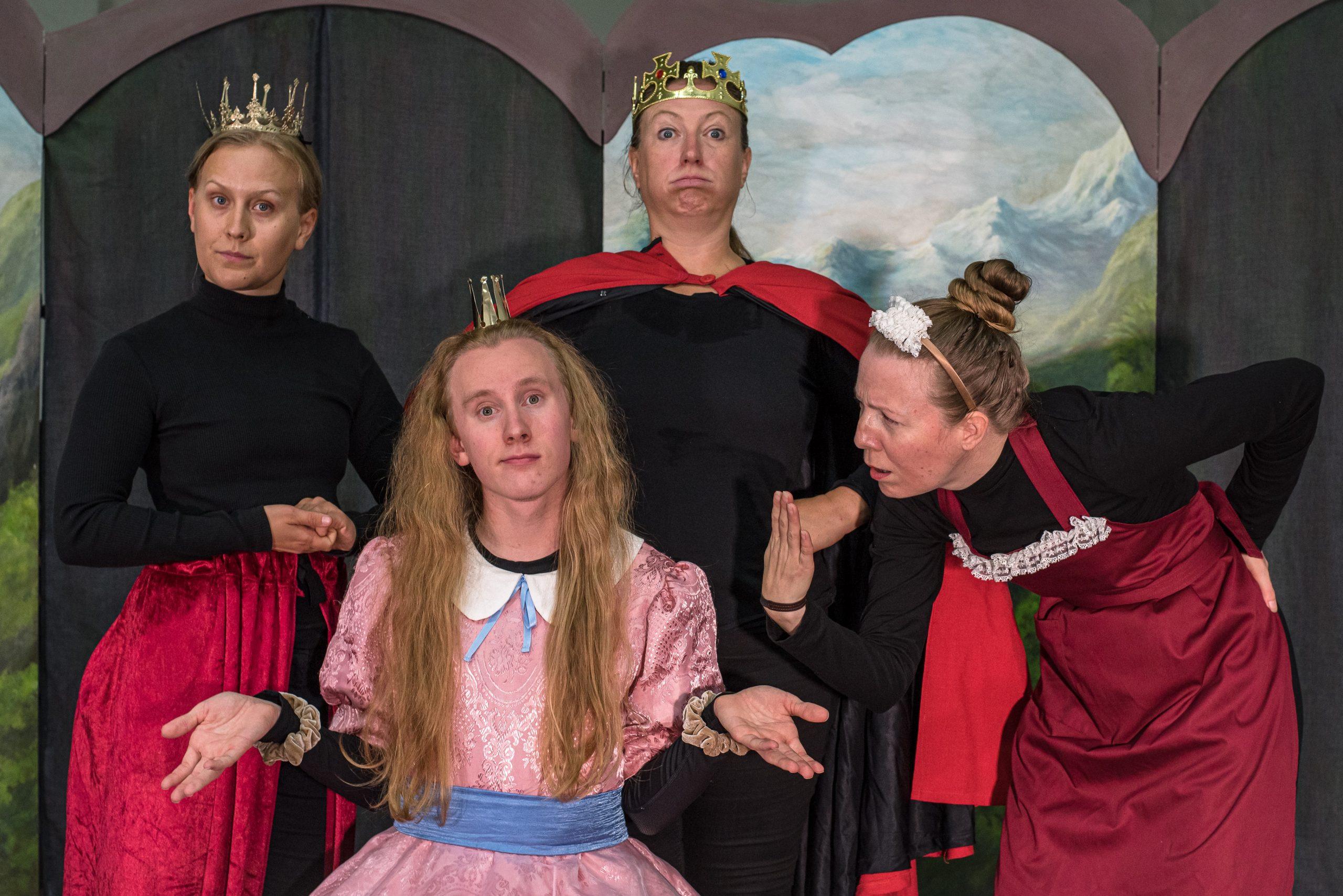 Bild på skådespelarna i pjäsen Prinsessan som inte kunde tala.