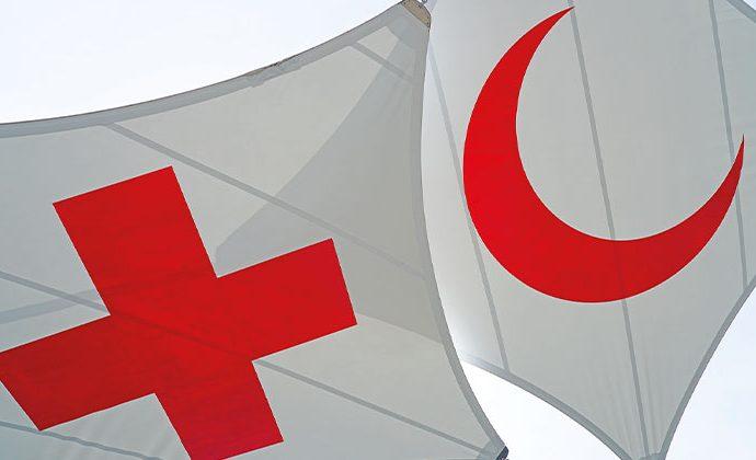 Bild på det internationella Röda Korsets flaggor.