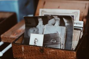 En låda med gamla svartvita fotografier.