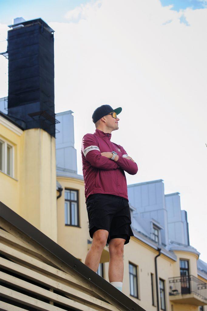 Robson står på ett tak och blickar mot himlen.