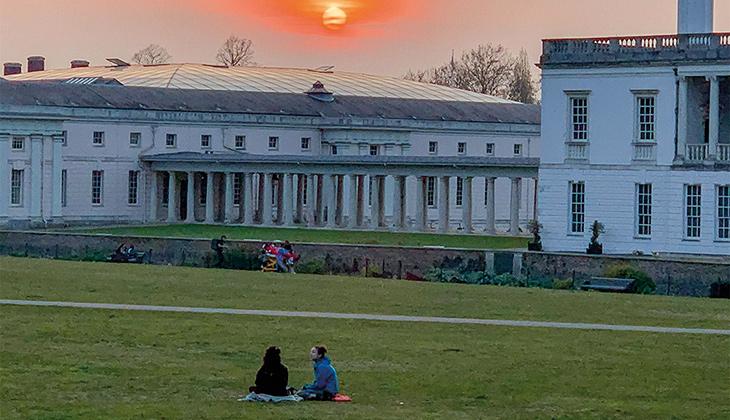 En park i London i skymningen.